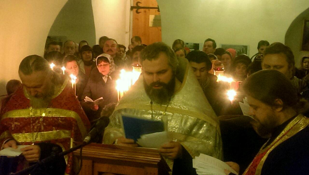 Молебное пение с акафистом великомученику Димитрию Солунскому перед его святой Десницей