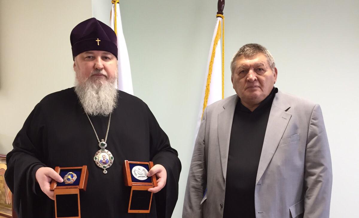 Митрополиту Кириллу вручена памятная медаль за духовную поддержку Конного похода «Москва-Берлин 1945-2015»