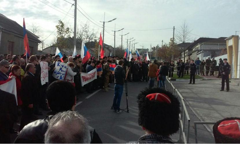 К протесту кубанских казаков против нападения на Су-24 подключились прохожие.