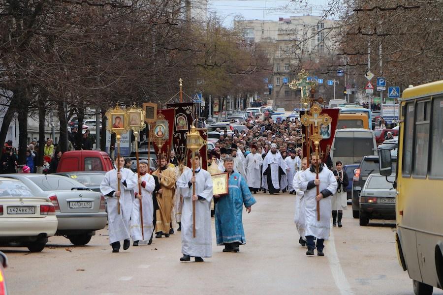 Более тысячи севастопольцев приняли участие в Рождественском крестном ходе (видео)