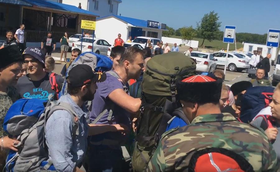 Казаки обвинили сторонника Навального в инциденте в аэропорту Анапы