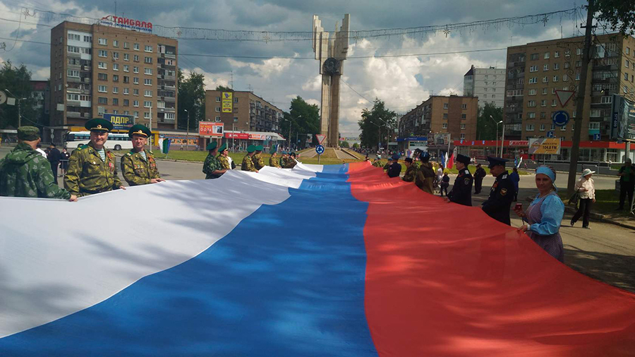 Казаки пронесли Флаг Российской Федерации по центральной улице города Сыктывкара